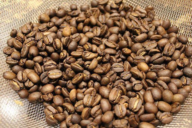 マンデリンブルボン。roast 7/102ハゼ越えしてすぐの風味は、強い豆には物足りないかもしれないけれど、このマンデリンは香りが引き立ちます。酸味は少なめ、コクはほどほど、甘い芳醇な香りは最高です。Best roast for this mandelin! Strong coffee bean needs to be roast deeply. This mandelin has bold scent by this not too deep roast. Sweet scent is best damn thing ever! (Instagram)