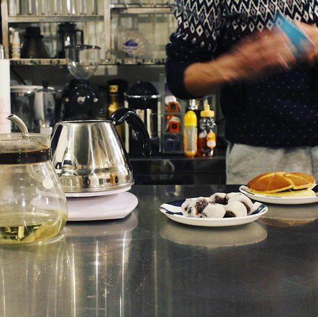 20180218コーヒーとどら焼きと大福とペアリング研究中 (Instagram)