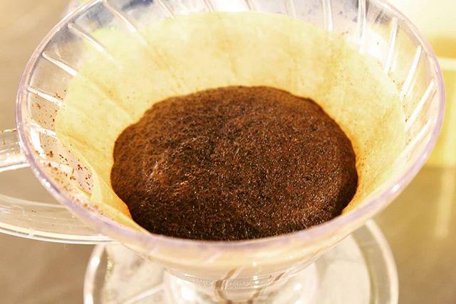 これは、ハンバーグ。。。、ではなく、蒸らしのコーヒーです(笑)わかってますよねーグアテマラ。コーヒーでありながら、カカオのような甘い香り。そして、口に含むと、さっぱりしている。。。鼻と舌と喉が混乱し、私はコーヒーの魅力に落ちました。グアテマラの豆、ぜひお試しください。#minneで販売中 #coffeelabo (Instagram)
