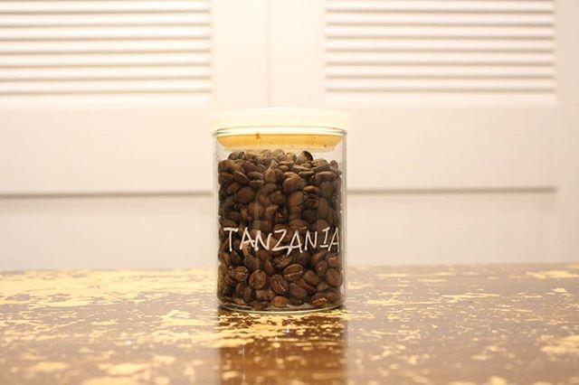 冷たいアイスコーヒーにすれば、ほどよい酸味。さっぱりしたアイスコーヒーが楽しめます。ホットでも、コクがありながらもさっぱりを保っていけるのがこのタンザニア。ランクは最高のAA !! 焙煎したてを、飲める、それは本当の風味をしることです。タンザニア、ドリップバッグ、豆ともによろしくおねがいします!!! (Instagram)