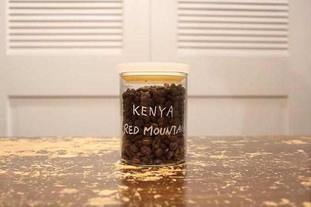 明るくて温かい酸味。それがこのケニアのコーヒー。まるでトマトのようなさっぱりさで、アイスコーヒーにしても、ホットコーヒーにしてもおいしい!! minneでドリップバッグ販売中。もちろん豆もあります。 (Instagram)